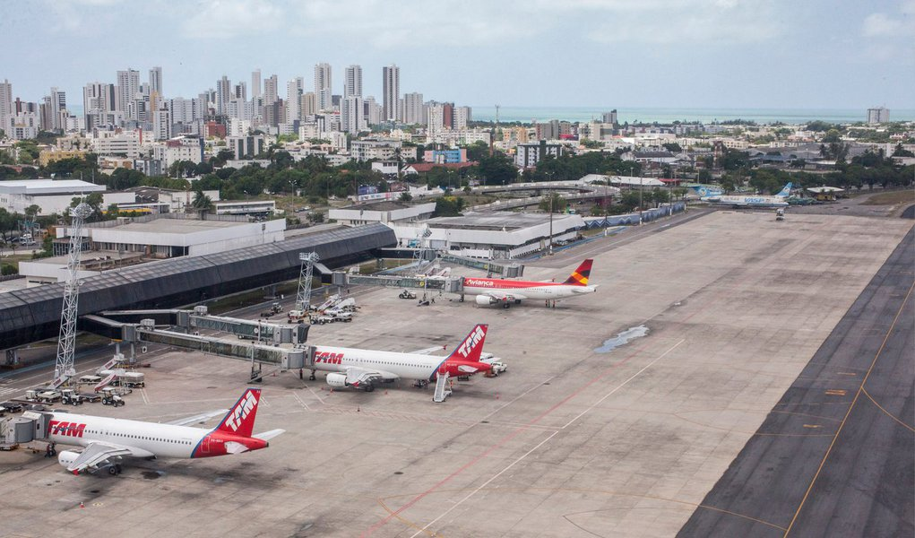 O voo da TAM JJ3304, que seguia de Recife para Salvador, teve a partida atrasada em função da suspeita de uma bomba que estaria escondida no compartimento de bagagens da aeronave; a suspeita aconteceu depois da identificação de um pequeno rojão – do tipo empregado em festas juninas – no interior da bagagem de um passageiro; após a realização de procedimentos de segurança, a aeronave decolou com destino à Bahia