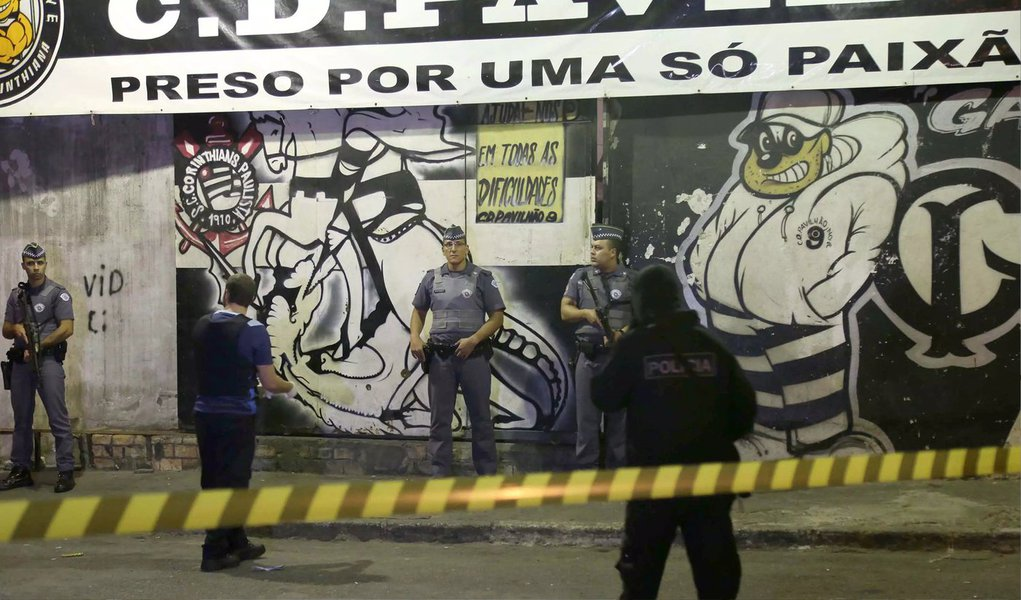 Um policial militar e um ex-PM foram presos nesta quinta (7), acusados pela polícia da chacina ocorrida em 18 de abril, na sede da torcida organizada do Corinthians Pavilhão 9, na qual oito homens foram assassinados a tiros; há suspeita de que o terceiro envolvido nos assassinatos também seja um policial, segundo o secretário de Segurança Pública de São Paulo (SSP-SP), Alexandre Moraes; o motivo do crime seria uma dívida de drogas