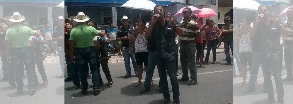Cerca de três mil funcionários da Prefeitura de Maceió protestaram na manhã desta quinta-feira (5), pelas ruas do Centro; eles cobram reajuste salarial, progressão na carreira e melhor condição de trabalho; enquanto não ocorre um entendimento, categoria permanece em greve