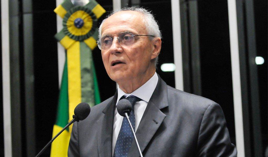 """Ao assumir o cargo de secretário municipal de Direitos Humanos de São Paulo nesta segunda (2), o ex-senador Eduardo Suplicy (PT) afirmou que quer dialogar com o Movimento Passe Livre e com adeptos da tática """"black bloc"""", que pregam a depredação do patrimônio como forma de protesto; """"Estou disposto a dialogar com todos os movimentos sociais, com os moradores de rua, com o Passe Livre, com os black blocs"""", afirmou; ele disse ainda, que pode participar de uma manifestação do MPL, """"se for convidado ao diálogo"""""""