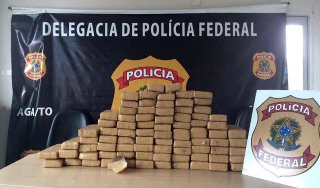Em ação de rotina nas proximidades do posto da Polícia Rodoviária Federal em Araguaína, agentes da Polícia Federal apreenderam nessa quarta-feira, 1º, 98 kg de maconha e 6 kg de cocaína; as drogas estavam dentro de quatro malas no interior de um micro-ônibus que realizava o trajeto Palmas – Araguaína e eram transportadas por uma mulher e uma adolescente; em depoimento prestado na delegacia da PF em Araguaína, elas informaram que receberiam pelo serviço a quantia de R$ 3.000 cada uma pelo transporte