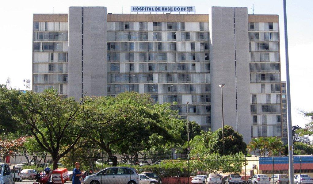Cirurgiões do Hospital de Base de Brasília suspenderam as cirurgias que estavam agendadas para esta segunda-feira (24) devido à falta de insumos básicos para os procedimentos, como compressas cirúrgicas, gaze, analgésicos e remédios para enjoo; a Secretaria de Saúde do DF nega o cancelamento das cirurgias; em nota, a pasta informou que já definiu ações para o reabastecimento do estoque de materiais da unidade de saúde