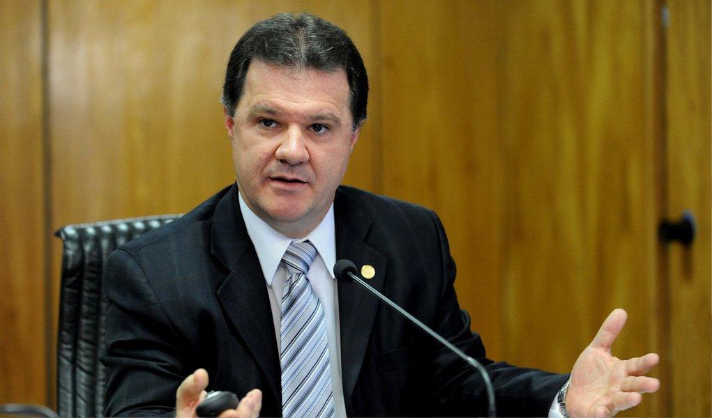 """O ministro da Previdência, Carlos Gabas, disse que a Operação Lava Jato da Polícia Federal, que investiga um esquema de corrupção na Petrobras, """"não pode penalizar os trabalhadores""""; Quem fez tem que ser responsabilizado, tem que ser preso; agora, não pode penalizar os trabalhadores. São milhares e milhares de empregos que vamos perder e nossa economia vai encolher por uma questão que não é de responsabilidade do trabalhador"""", disse logo após citar as demissões promovidas pelas empreiteiras acusadas de envolvimento no esquema"""