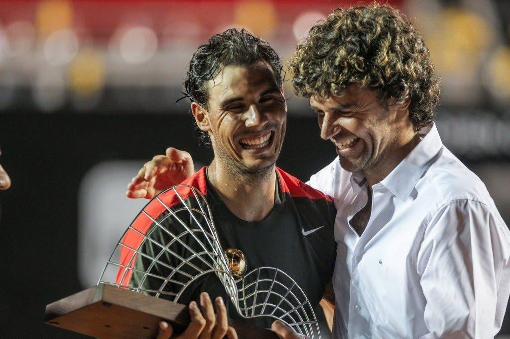"""O tricampeão de Roland Garros Gustavo Kuerten sabe como é ter uma carreira assolada por lesões, e acredita que o espanhol Rafael Nadal irá voltar renovado às quadras após passar por sofrimentos recentes; """"É preocupante, para todos nós que amamos vê-lo jogar, quando ele se machuca, mas ele sempre nos surpreende"""", disse o brasileiro"""