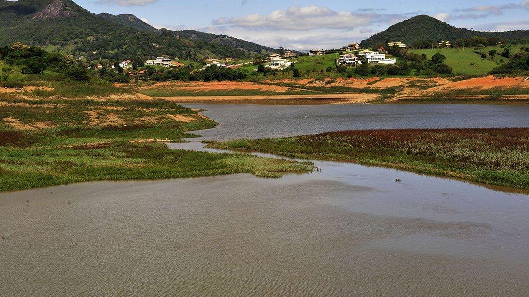 O nível do Sistema Cantareira, que permaneceu estável de segunda (2) até sexta-feira (6) em 11,7%, voltou a subir neste fim de semana, apontam dados da Companhia de Saneamento Básico de São Paulo (Sabesp); hoje (8), o reservatório, que abastece cerca de 6 milhões de pessoas na Grande São Paulo, chegou a 12,3% da capacidade; entre sábado e domingo, choveu 59,5 milímetros nas represas que formam o sistema; a média pluviométrica para março é 178 mm