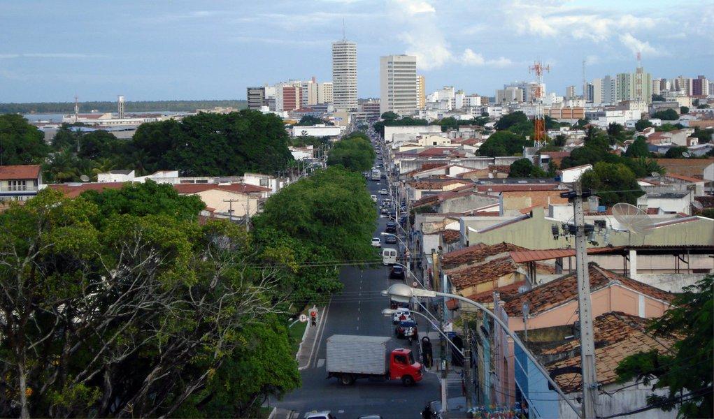 """Estudo aponta que o crescimento do Índice de Desenvolvimento Humano Municipal (IDHM) de Sergipe foi de 0,665, situado numa faixa de desenvolvimento médio, quando em 1991 esse índice era baixo, de 0,408; evolução do Índice do Brasil foi de 0,493 para 0,727; isso implica em uma taxa de crescimento de 62,99% para o estado e 47% para o país; no ranking do IDHM do Nordeste, Sergipe ocupa a 4º melhor posição da região; """"O IDHM avalia três das mais importantes dimensões do desenvolvimento humano, a oportunidade de viver uma vida longa e saudável, de ter acesso ao conhecimento e ter um padrão de vida que garanta as necessidades básicas: saúde, educação e renda"""", explica o secretário Saumíneo Nascimento"""