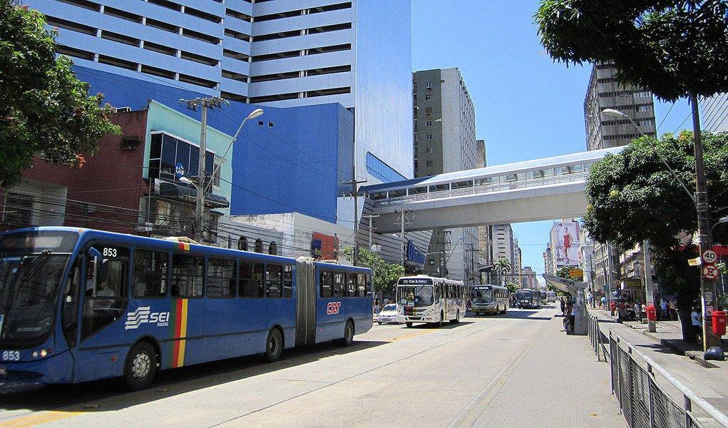 Um ano e cinco meses depois de cancelar um aumento de 5,5,3% nas tarifas de ônibus da Região Metropolitana do Recife (RMR), o governo de Pernambuco discute a possibilidade de reajustar o valos das passagens; conforme cálculos do empresariado, para equilibrar economicamente o sistema de transporte de ônibus, seria necessário um acréscimo de 24,4% nas tarifas do Anel A, subindo para R$ 2,67; nas contas do Executivo estadual, este valor seria de R$ 2,50, um aumento de 16,3%