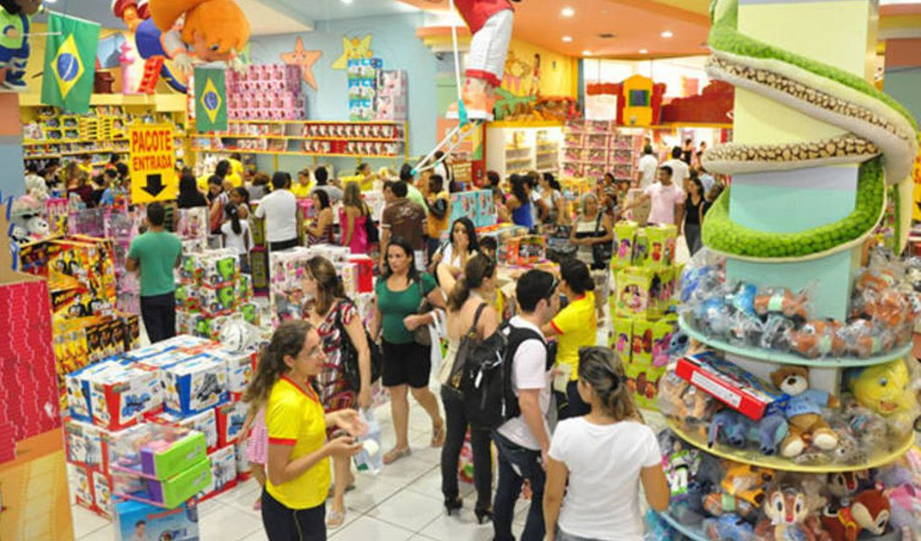 Expectativa de Consumo Natal 2014, pesquisa realizada pelo Instituto Fecomércio e Universidade Federal do Tocantins, revelou que Gurupi foi a cidade que liderou o ranking de intenção de consumo, com 82% dos entrevistados; Palmas ficou com a segunda colocação, registando 74,2%, e Araguaína em terceiro, com 62,5% das pessoas que afirmam ter a intenção de comprar presentes neste natal; em Palmas, a maioria disse que irá gastar entre R$150,01 a R$250,00. Já em Araguaína e Gurupi, a média ficou em R$50 a R$100; entre os principais produtos apontados como possíveis presentes estão: vestuário, calçados e brinquedos
