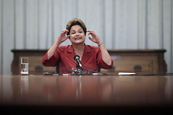 Dilma acena com o fantasma do golpe. Que golpe? Onde estão as forças armadas? Estão quietas nos quarteis. Onde estão os interesses empresariais? Os grandes, nos últimos anos, mamaram nas tetas do governo