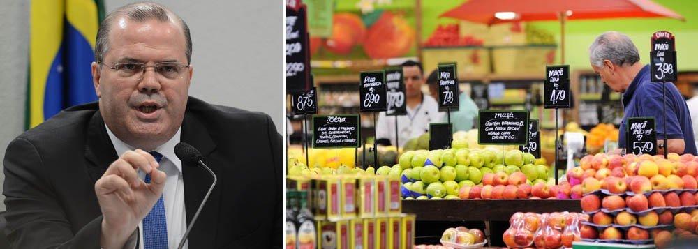 O Índice Nacional de Preços ao Consumidor Amplo-15 (IPCA-15) acelerou a alta a 0,79% em dezembro pressionado pelos preços de alimentos e transportes, mas encerrando o ano dentro do teto da meta do governo, que é de4,5%, com margem de 2 pontos para mais ou menos;'Em dois anos traremos a inflação para 4,5%', disse ontem o presidente do Banco Central, Alexandre Tombini