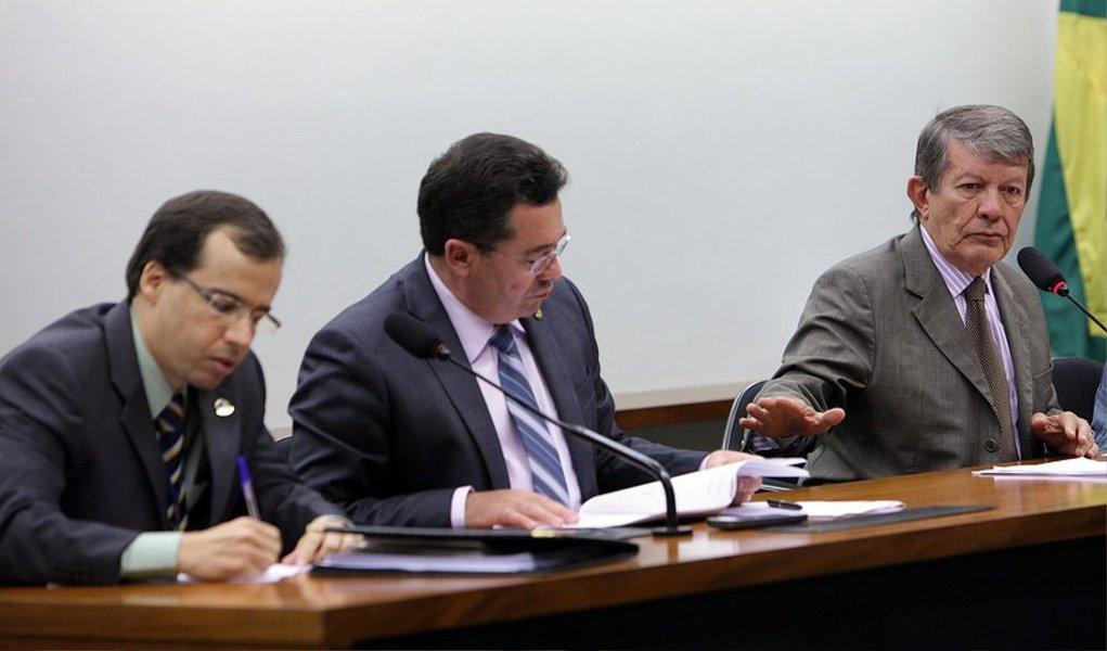 Até o término do prazo para apresentação das sugestões, que se encerrou ontem (20), às 18h30, foram 1.235 emendas de texto, que se referem à parte normativa da proposta, e418 sugestões direcionadas ao Anexo de Metas e Prioridades, um adendo do projeto que elenca as ações prioritárias para 2015, de acordo com deputados e senadores; são projetos localizados nos estados dos parlamentares que devem ter recursos reservados na proposta orçamentária do próximo ano