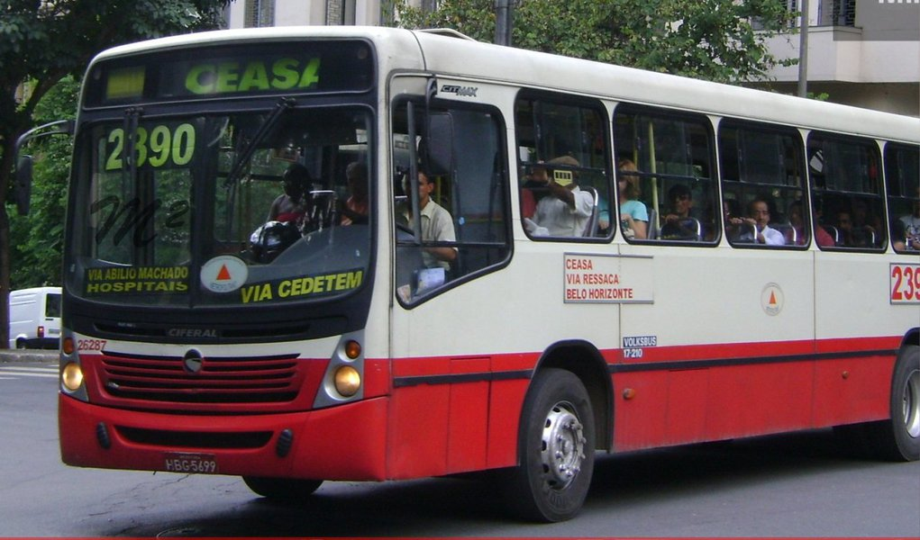 Ministério Público de Minas Gerais pediu novamente na Justiça a suspensão de reajuste das tarifas de ônibus em Belo Horizonte; desta vez, a promotoria apontou o valor correto para a cobrança; conforme os cálculos do MP-MG, a passagem de R$ 3,10 deveria custar R$ 2,90;de acordo com a investigação, a variação dos preços foi calculada de novembro de 2012 a novembro de 2014, um intervalo de dois anos, enquanto que deveria ser considerado apenas o intervalo de um ano