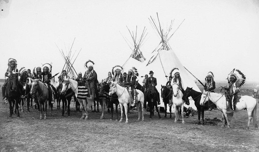 """Eles se saudavam dizendo """"hog"""", não """"augh""""; não possuíam cavalos, não arrancavam escalpos, não eram vermelhos. A verdade sobre um mundo romanceado no cinema, nas fotos extraordinárias de Edward S. Curtis"""