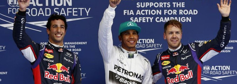 Lewis Hamilton ajudou a Mercedes a reafirmar seu domínio sobre a Ferrari ao liderar a dobradinha, ao lado do seu companheiro de equipe Nico Rosberg, em uma atuação dominante da equipe alemã no Grande Prêmio da China de Fórmula 1, neste domingo