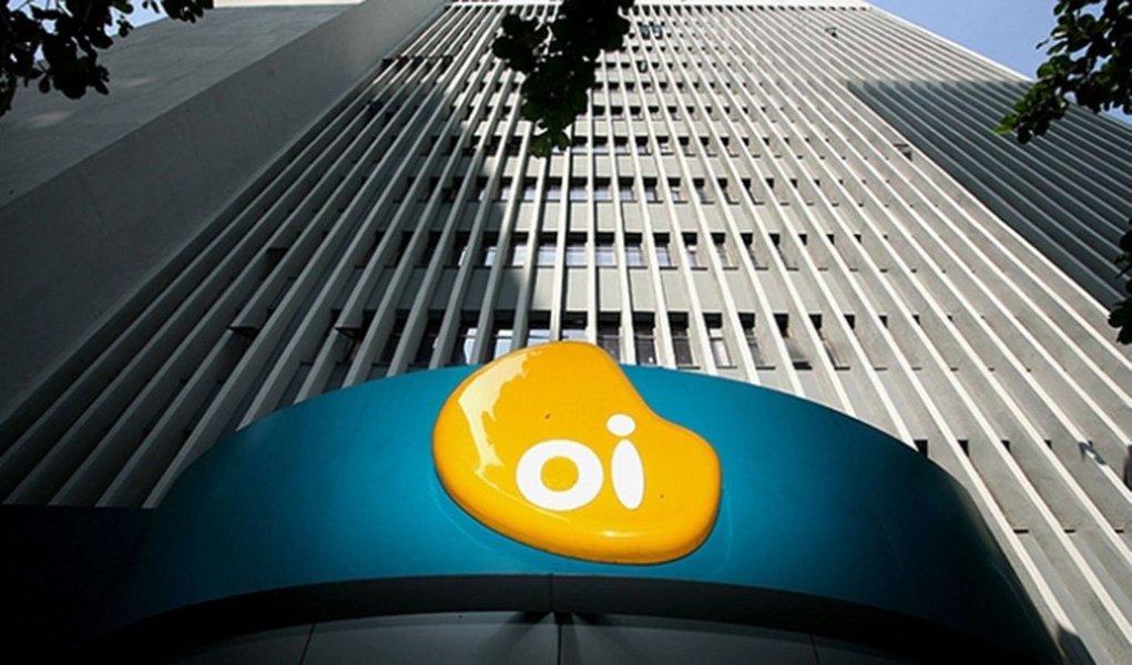 O grupo de telecomunicações Oi teve prejuízo líquido consolidado de 4,42 bilhões de reais no quarto trimestre, revertendo resultado positivo de um ano antes diante de impactos contábeis gerados pela venda de ativos da Portugal Telecom