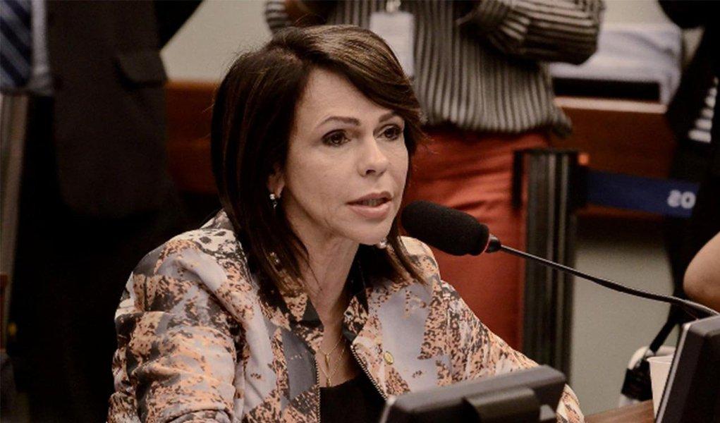 """A Câmara dos Deputados concluiu nessa quinta-feira, 7, a votação da Medida Provisória 665, que deixam mais rigorosas as regras de acesso ao seguro-desemprego, ao abono salarial e ao seguro-defeso; vice-líder do DEM na Câmara, a deputada Professora Dorinha afirmou que a aprovação da matéria só trará prejuízos para o trabalhador brasileiro; """"A sociedade brasileira está indignada por ver o Governo fazer ajuste fiscal em cima dos mais pobres, que não têm voz nem vez. Tentamos de toda forma impedir esse absurdo, mas o PT fingiu que não era com ele e ficou calado e agiu de forma contrária ao que dizia defender, que é o povo"""", disse Dorinha; MPagora segue para votação no Senado"""