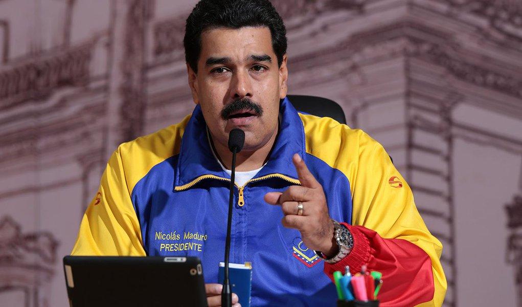O presidente da Venezuela, Nicolás Maduro, anunciou que está preparando um encontro internacional, com a presença de representantes da Organização dos Países Exportadores de Petróleo (Opep), para discutir a queda dos preços do petróleo; para a Venezuela, o preço justo é US$ 100 o barril. O petróleo venezuelano estava cotado ontem a US$ 70,80 o barril