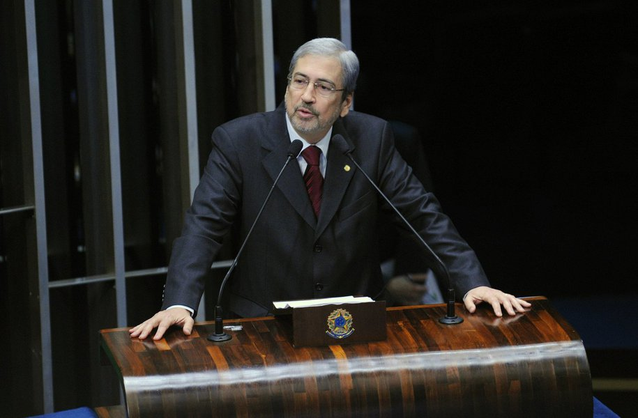 """Líder do PSDB na Câmara em 2014, Antônio Imbassahy assumiu nesta quinta-feira a vice-presidência da CPI da Petrobras, com 23 votos a favor e quatro em branco; ele reforçou os objetivos do colegiado; """"Não deveremos nos desviar dos interesses principais da investigação, que é chegar a todos os envolvidos e reerguer a Petrobras. Estarei ao lado de todos os colegas, buscando harmonizar e focando num bom resultado. Vamos atuar com o interesse de fazer um bom trabalho para o país"""", prometeu o deputado"""