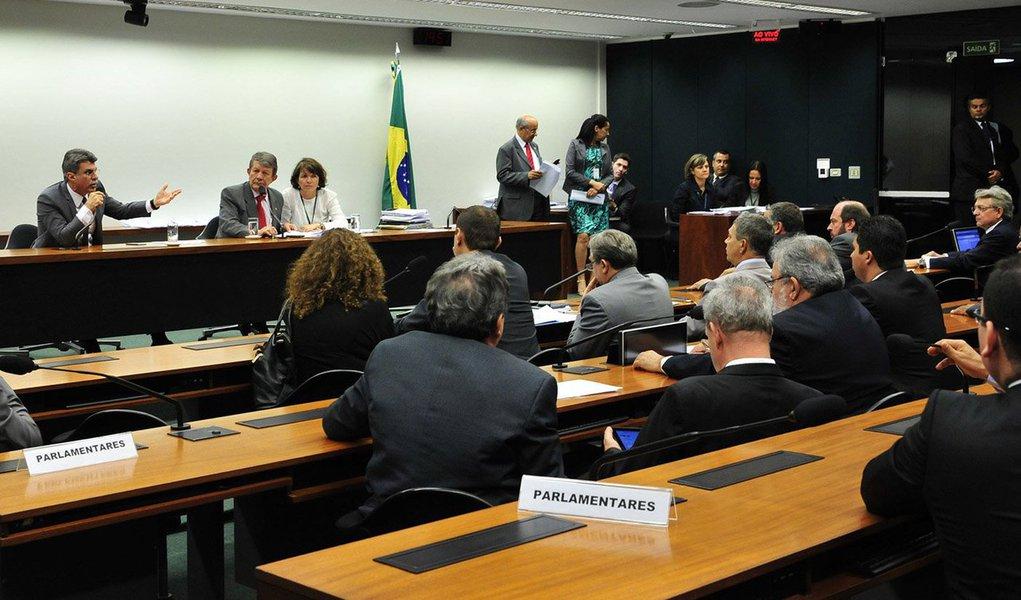 No dia seguinte à derrota na Comissão Mista de Orçamento (CMO) que adiou a decisão sobre o projeto de lei do Executivo que modifica a Lei de Diretrizes Orçamentárias para alterar a meta fiscal, o ministro Ricardo Berzoini (Relações Institucionais) e o deputado Henrique Fontana (PT-RS), líder do governo na Câmara, acordaram com a missão de reforçar a posição da base e tentar convencer integrantes do colegiado a voltar para Brasília na próxima segunda-feira (24) para que a sessão seja retomada; a proposta é tentar aprovar o projeto ainda na segunda, para que o texto siga para o plenário do Congresso no dia seguinte