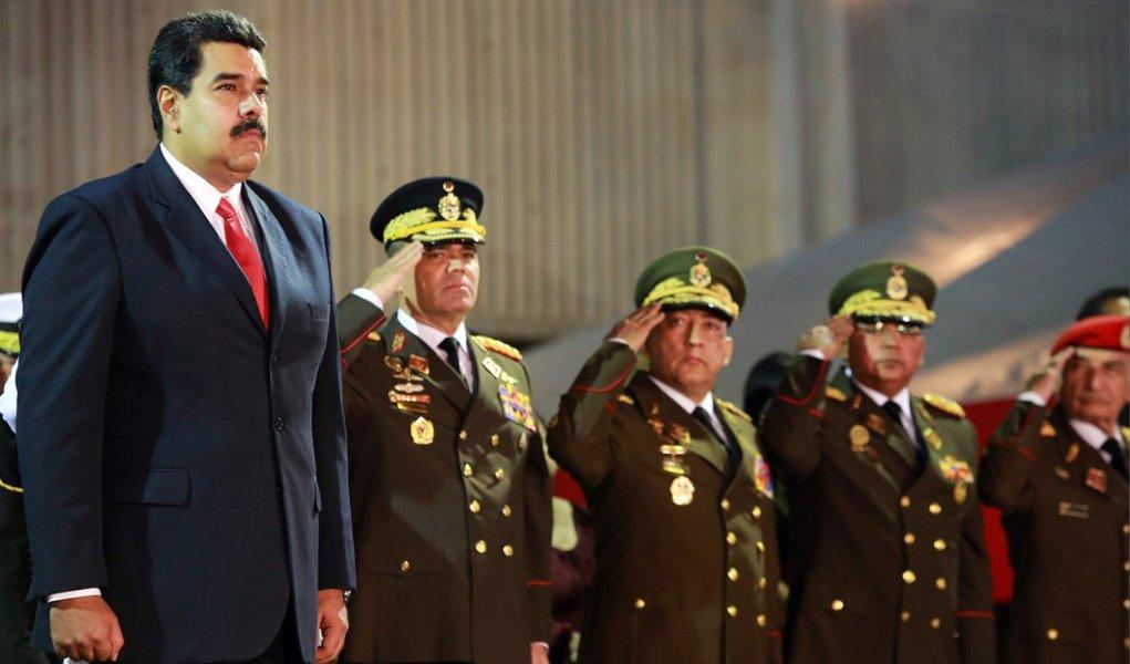 """Convencido de que os Estados Unidos trabalham para fomentar uma guerra civil na Venezuela, à semelhança da Síria e Líbia, o presidente Nicolás Maduro determinou ao ministro da Defesa, general Vladimir Padrino López, e à ministra do Interior, almirante Carmen Meléndez, """"colocar as forças policiais e militares da pátria em alerta máximo""""; Maduro denuncia que """"paramilitares estão sendo infiltrados, a partir da Colômbia, para gerar tumulto e violência em seu país; """"Querem infiltrar grupos armados treinados pelos paramilitares da Colômbia, obedecendo a ordens do norte (Estados Unidos), para destruir a pátria de Bolívar"""", disse ele em vídeo"""
