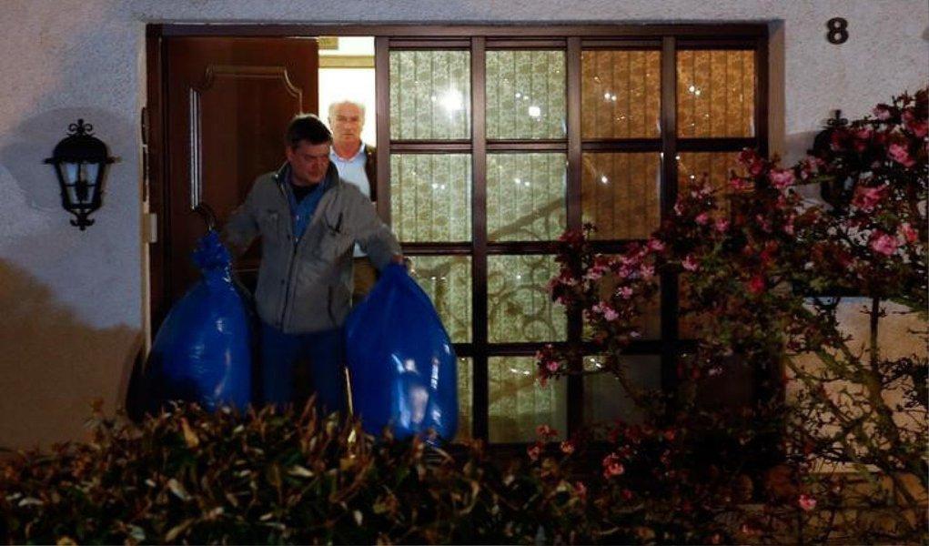 Os promotores da cidade alemã de Duesseldorf disseram que a polícia busca indícios na casa do copiloto; autoridades francesas e alemãs afirmaram não haver indicação de que a colisão de terça-feira nos Alpes Franceses foi um ataque terrorista; conhecidos descreveram Lubitz como um jovem afável, que não demonstrou sinais de ter más intenções