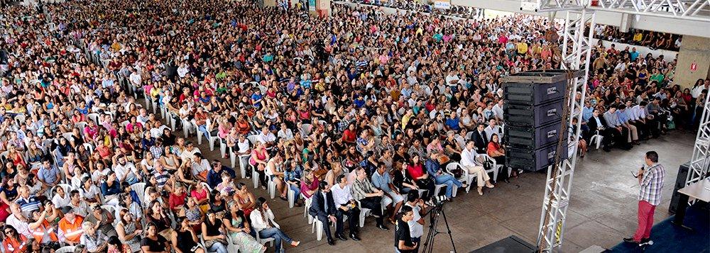 """Com participação de cerca de seis mil servidores, o prefeito Carlos Amastha (PP) lançou nesta quinta-feira, 26, o programa valorização do servidor; primeira etapa do Capital Humano é o Sistema de Bonificação por Mérito (Superhar), que vai recomepensar, a cada seis meses, os servidores que cumprirem as metas definidas; inicialmente serão investidos R$ 4 milhões; """"Reconhecimento é poder remunerar melhor e hoje damos mais um passo nesse sentido"""", disse Amastha"""