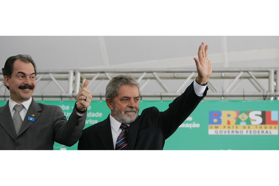 """Apontado como um superministro que teria pretensões presidenciais daqui a quatro anos, o ministro-chefe da Casa Civil, Aloizio Mercadante, fez questão de afastar essa hipótese logo na largada do segundo governo Dilma; """"Ele é o meu candidato, sempre foi. Não tem essa discussão no PT. Quem está no coração da militância do PT é Lula. Eu não tenho essa pretensão e não está no meu horizonte'', disse ele; """"Já estou chegando numa fase da vida em que dediquei tudo que podia para fazer o melhor para vida pública e para o país"""";definição precoce do candidato atormenta a oposição e reduz o risco de fogo amigo dentro do PT"""