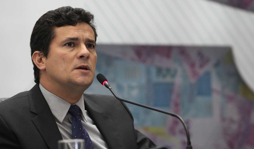 """Juiz responsável pelas investigações da Operação Lava Jato diz ser """"fantasiosa"""" a tese do advogado que defende o vice-presidente da Engevix, de que o magistrado estaria ocultando o suposto envolvimento de políticos no esquema de corrupção; ministro Teori Zavascki encaminhou à Justiça Federal do Paraná o questionamento do advogado"""