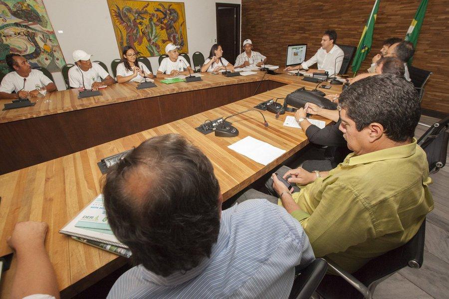 A reunião de ontem, entre o governador Camilo Santana e o Movimento dos Atingidos por Barragens (MAB) teve como resultado concreto a criação de uma comissão que vai analisar os problemas e propor políticas públicas para o setor