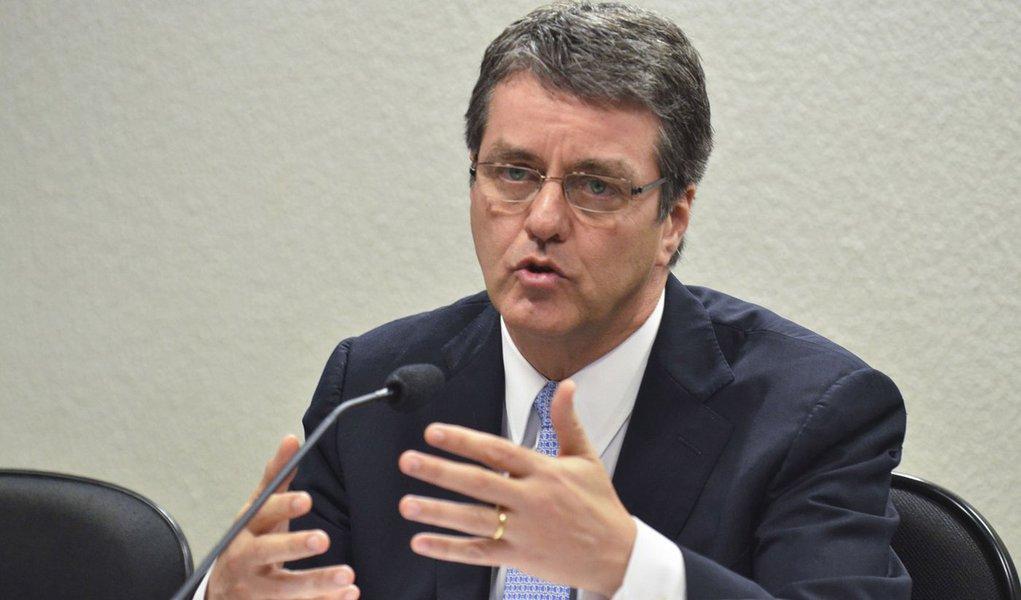 """Previsão é do presidente da OMC, o brasileiro Roberto Azevêdo, que acredita que o cenário beneficiará o Brasil, importante exportador de commodities; """"Nossas estimativas indicam um crescimento mais rápido do comércio em 2015 em comparação com 2014"""", disse; previsão mais recente, que é de outubro, aponta para um avanço de 4%, afirma"""