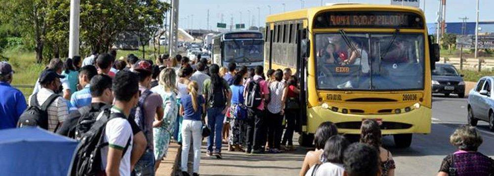 06/03/2015. Crédito: Gustavo Moreno/CB/D.A Press. Brasil. Brasília - DF.  Greve de ônibus. Passageiros aguardam transporte em parada de onibus em Santa Maria.