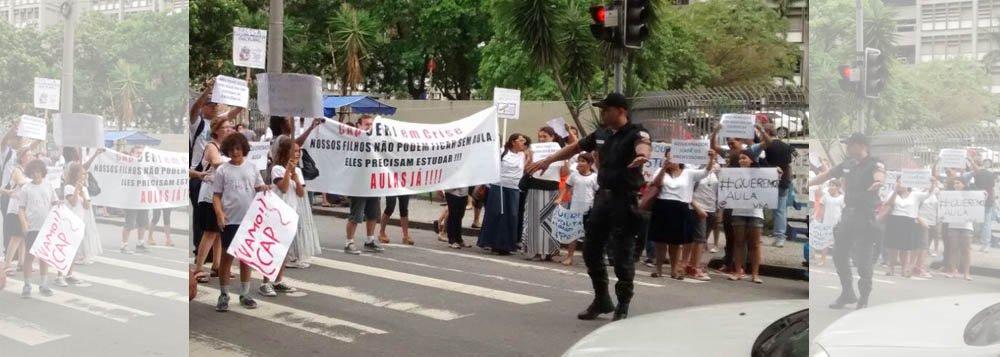 Cerca de 25 alunos e professores do Instituto de Aplicação Fernando Rodrigues da Silveira da Universidade Estadual do Rio de Janeiro (CAP-Uerj) realizaram uma manifestação em frente à faculdade; segundo informações da Polícia Militar, o protesto foi pacífico; o motiva da manifestação é o fato de cerca de 1.100 alunos do CAP-Uerj ainda não terem iniciado o semestre letivo, que estava previsto para o dia 2 de março