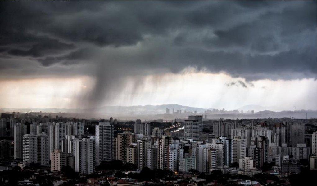 Chuvas fortes na tarde desta quarta-feira 26 provocam congestionamentos, pontos de alagamento na capital paulista e deixam a cidade em estado de atenção