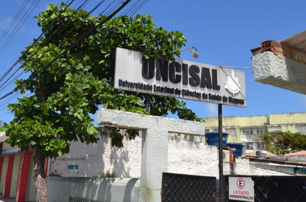 Um professor com uma identidade falsa foi preso em flagrante após denúncia recebida por promotores do Grupo Estadual de Combate às Organizações Criminosas (Gecoc); ele iria fazer o concurso da Universidade de Ciências da Saúde de Alagoas (Uncisal) na Escola Estadual Onélia Campelo, no Santos Dumont, no lugar de um agente penitenciário, que teria pago R$ 3 mil