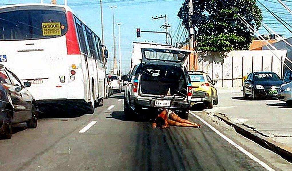 O Ministério Público (MP) do Rio de Janeiro denunciou dois policiais militares pela morte da auxiliar de limpeza Cláudia Ferreira, baleada em um tiroteio com traficantes no Morro da Congonha, zona norte do Rio, em 2014; Claudia foi arrastada por cerca de 350 metros pela viatura policial, ao cair da mala do veículo, quando era levada para um hospital; os policiais Rodrigo Boaventura e Zaqueu Pereira Bueno foram denunciados por homicídio doloso qualificado