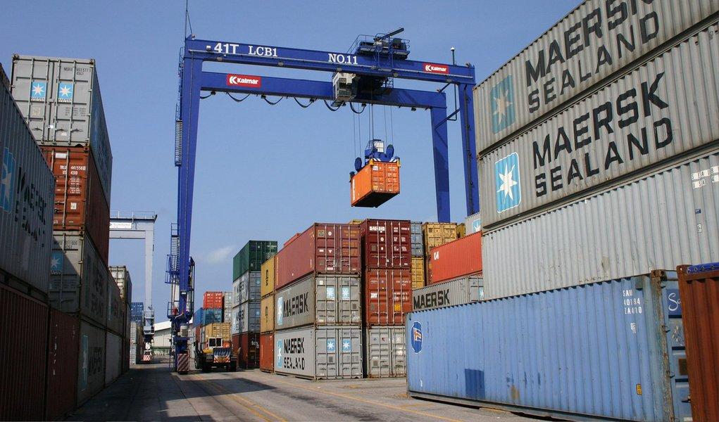 Balança comercial brasileira registrou superávit de US$ 458 milhões em março, primeiro saldo positivo mensal este ano; com isso, o saldo acumulado pela balança em 2015 está negativo em US$ 5,557 bilhões; no mesmo período do ano passado, o déficit alcançou US$ 6,078 bilhões; saldo positivo de março corresponde a US$ 16,979 bilhões em exportações e US$ 16,521 bilhões em importações