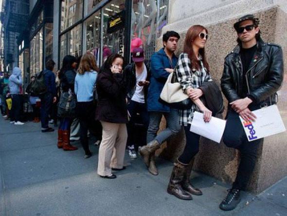 O absurdo dessa taxa de desemprego é notado ao se ver a participação no mercado de trabalho, que caiu para o menor nível desde 1976!!! Hoje existem mais de 90 milhões de americanos fora do mercado de trabalho