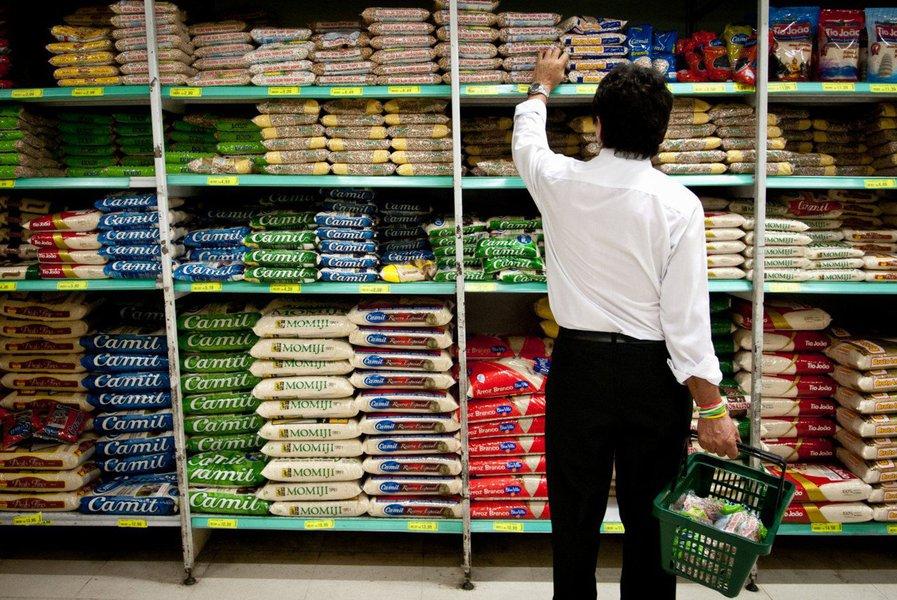Levantamento do Departamento Intersindical de Estatística e Estudos Socioeconômicos (Dieese) revelou que o preço da cesta básica em Salvador teve alta de 4,17%, a segunda maior do país; a Pesquisa da Cesta Básica de Alimentos registrou a maior alta em Natal, com 4,36% de reajuste;ainda de acordo com o Dieese, em fevereiro o preço da cesta básica subiu em 14 das 18 capitais brasileiras