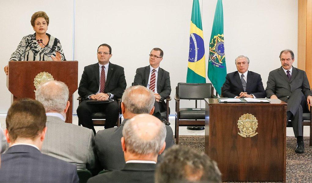 """A presidente Dilma Rousseff disse nesta terça (24) que, """"no momento"""", o governo federal não tem espaço fiscal para resolver o problema das dívidas de Estados e municípios com a União; ela afirmou que o governo vem fazendo um """"imenso esforço fiscal"""" e que no momento não é possível tomar """"despesas"""" para solucionar este problema; no final do ano passado foi sancionada uma lei autorizando a mudança do índice de correção das dívidas de Estados e municípios com a União, o que reduz o valor dos passivos, mas até o momento a lei não foi regulamentada, e nenhuma renegociação realizada"""
