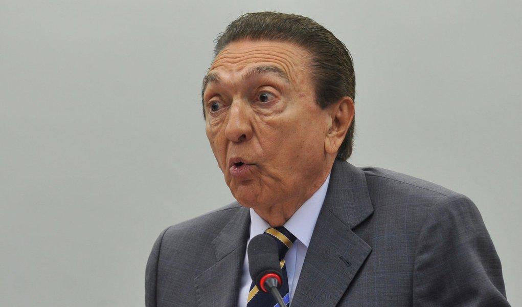 """Um funcionário da Petrobras apontou à Polícia Federal (PF) um afilhado do ministro de Minas e Energia, Edison Lobão (PMDB-MA), como um dos envolvidos na contratação de diversas embarcações """"a preços superiores aos do mercado internacional""""; denunciante afirma que as comissões de afretamento de navios correspondem a 1,25% do valor do contrato de aluguel do navio, que devem ser devolvidos ao contratante, conforme a prática usual do mercado; segundo o delator, os contratos firmados pela Petrobras preveem esse desconto, porém o abatimento não é repassado para a estatal, onde executivos da própria empresa se apropriam das comissões, que podem chegar a R$ 200 milhões por mês, considerando o afretamento de 200 navios"""