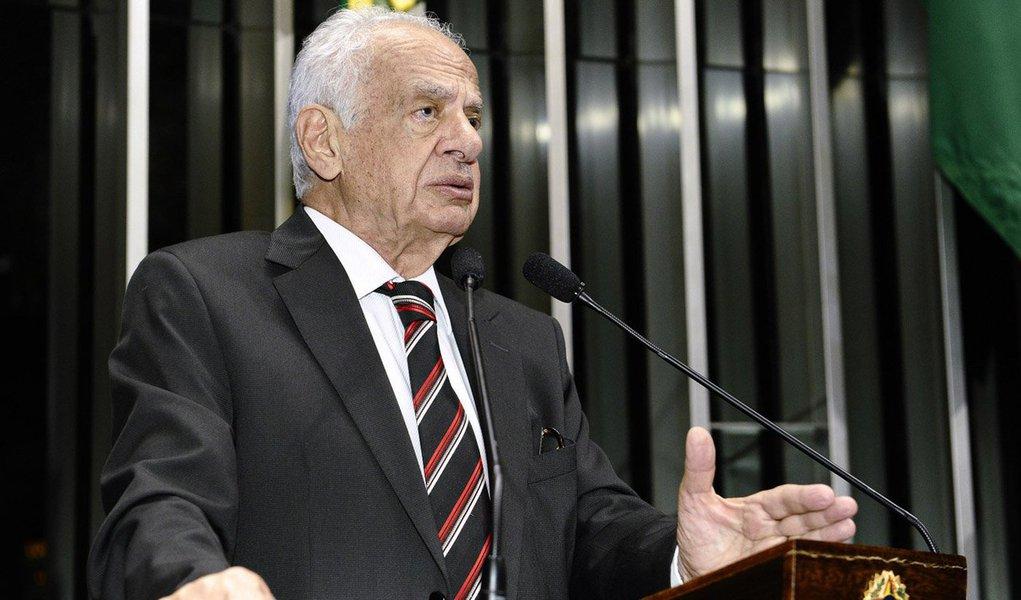 """Ao criticar o governo federal por conta das denúncias de corrupção, o senador Pedro Simon (PMDB-RS) afirmou que, """"se a eleição não tivesse ocorrido há 20 dias e fosse daqui a um mês, seria como se estivéssemos em outro país. O debate seria completamente diferente"""", disse o peemedebista apoio o PSB no primeiro turno da eleição presidencial, e o PSDB no segundo; ele disse que,encerrado seu mandato parlamentar, pretende conversar com os jovens e partir para um """"chamamento à ordem e à razão"""" que permita realizar as reformas necessárias para a nação"""