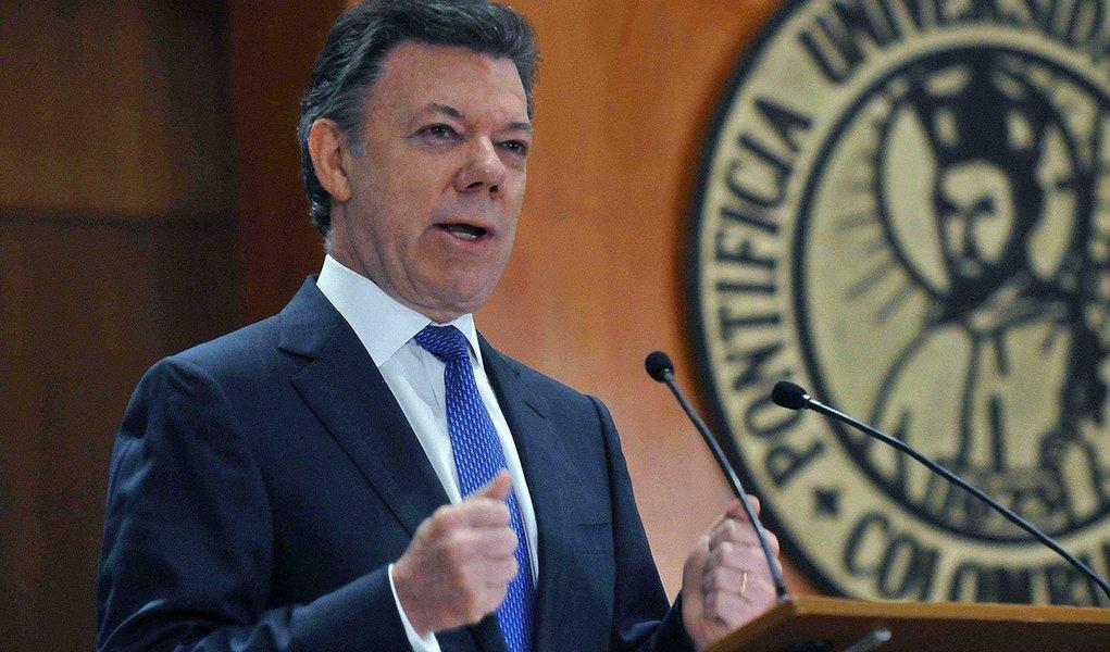 O presidente da Colômbia, Juan Manuel Santos, anuncioua suspensão do ciclo de negociações de paz com as Forças Armadas Revolucionárias da Colômbia, que deveriam ser retomadas nesta terça-feira em Havana, devido ao sequestro de um general do Exército e mais duas pessoas
