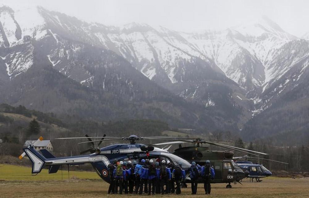 Equipes de resgate nos Alpes franceses após acidente com o Airbus A320 da Germanwings. 24/03/2015 REUTERS/Jean-Paul Pelissier