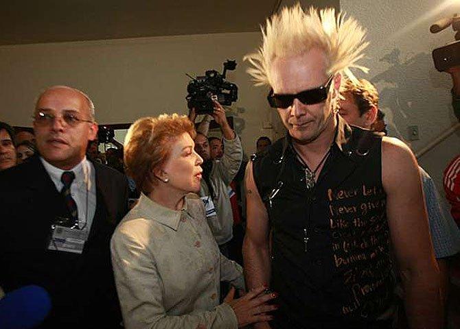 Dona Marta calçou as botinas do filho punk e saiu a dar coice nos companheiros como uma forma de fazer barulho, ela joga para os holofotes, madame é, como o filho, punk de boutique