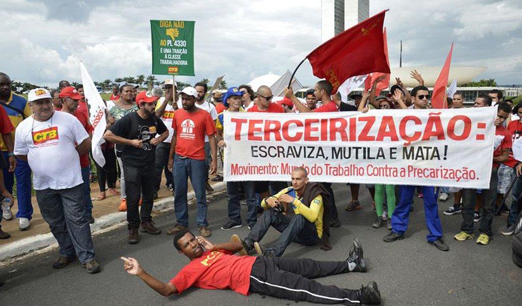 """Encontro – que reuniu CGTB, CSP-Conlutas, CTB, CUT, Força, Intersindical, Nova Central e UGT –prevê ação conjunta no Senado e também participação, sem exceções, do dia nacional de paralisações e protestos, previsto para a última sexta-feira deste mês (29);""""Queremos a regulamentação, não a precarização. Do jeito que passou, tudo foi rasgado"""", disse o presidente da UGT, Ricardo Patah; eleenfatizou a importância da reunião de hoje, """"depois de uma série de ações que de certa forma distanciaram as centrais"""""""