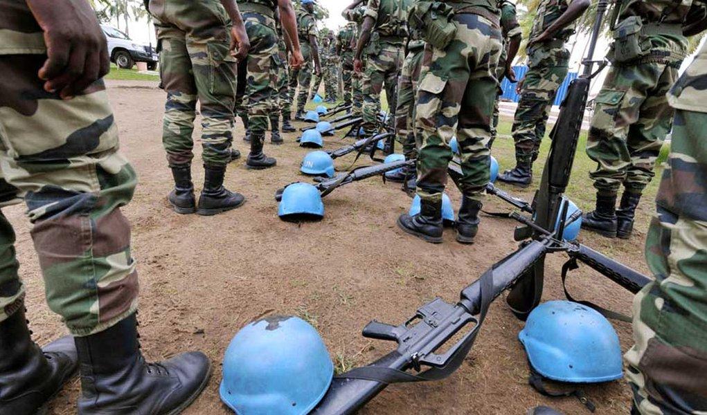 Agressores desconhecidos dispararam dezenas de foguetes em direção a uma base da Organização das Nações Unidas nos arredores da cidade de Kidal, no norte do Mali, neste domingo, 8, matando pelo menos três pessoas; segundo a ONU, o incidente é o terceiro ataque neste fim de semana, apontando para a instabilidade em curso dois anos depois de a França ter ajudado a retomar o deserto no norte do país de militantes ligados à Al Qaeda