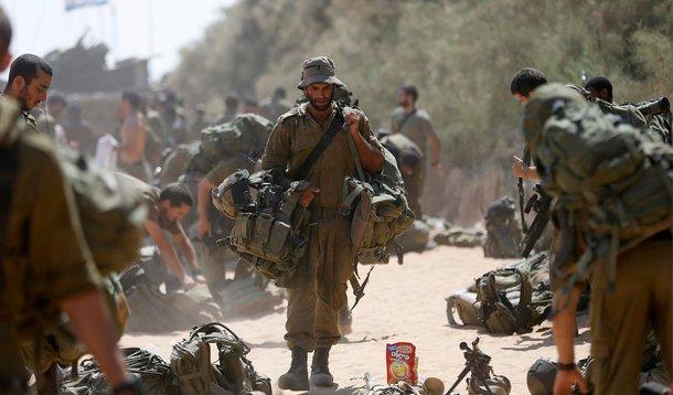 """O Egito também convidou Israel e os palestinos a comparecerem a negociações de alto escalão no Cairo com o objetivo de obter um acordo de longo prazo para encerrar a guerra; """"Esperamos que isso garanta um cessar-fogo permanente e restabeleça a estabilidade"""", declarou o Ministério das Relações Exteriores egípcio em comunicado; autoridades de Gaza disseram que 1.834 palestinos, a maioria civis, foram mortos no conflito. Israel confirmou que 64 de seus soldados morreram em combate, e os bombardeios palestinos mataram três civis em Israel"""