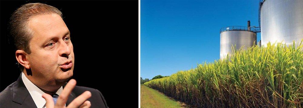 """O ex-governador de Pernambuco e presidenciável pelo PSB, Eduardo Campos, voltou a defender a criação de políticas para a produção de energias renováveis no Brasil, em meio a novas críticas ao Governo Federal; de acordo com o presidenciável,a produção de etanol vem sofrendo """"uma das maiores crises da história"""" devido à uma """"falta de planejamento do governo""""; """"Atitudes equivocadas como a política de controle de preços decombustíveis levaram a indústria sucroenergética à situação em que ela se encontra hoje"""", escreveu o socialista no Facebook; ele já havia defendido mudanças na tributação do setor"""