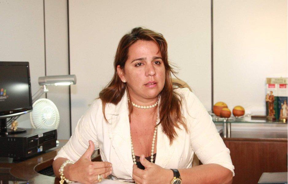 A promotora de Defesa do Consumidor, Lítia Cavalcante pediu à Justiça estadual que obrigue o Município de São Luís a promover o equilíbrio econômico-financeiro do Sistema de Transporte Coletivo de São Luís, mediante o repasse, até o dia 5 de cada mês, do prejuízo, a ser apurado mensalmente, pelo SET e SMTT; a 2ª Promotoria do Consumidor também solicitou à Justiça que determine à Prefeitura de São Luís a imediata deflagração do processo licitatório das linhas de transporte urbano; além da adoção de medidas para combater as fraudes ocorridas pelo uso ilícito do cartão de transporte de passageiros não inclusos no benefício