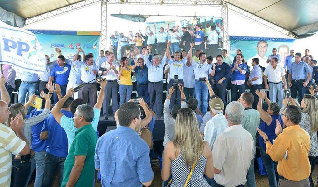 Victor Soares (Adelândia), Elies Alves Pinto (Buriti de Goiás), Francisco Souza Júnior (Terezópolis), João Cordeiro (São Patrício), Elvino Furtado (Mara Rosa) e Bento Vicente Silva (Córrego do Ouro) discursaram ontem durante encontro dos partidos da base aliada, em Anápolis; com as novas adesões, já são 13 os prefeitos do principal partido de oposição a aderir ao projeto de reeleição do governador de Goiás; outros sete prefeitos do DEM e dois do PDT também hipotecaram apoio à reeleição do tucano